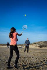 badminton sur la plage en famille