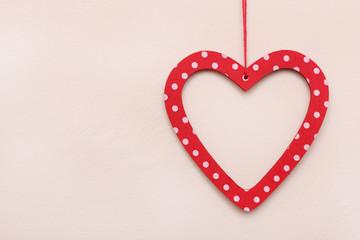 czerwone serce na murze