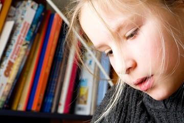 Enfant concentrée dans l'étude de ses leçons
