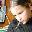 Enfant étudiant avec attention ses leçons