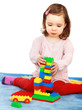 Mädchen baut einen Turm mit Legosteinen