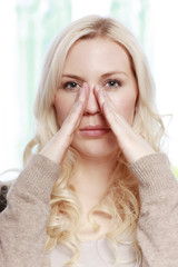 Hübsche Frau mit Gesichtsschmerzen, Nervenschmerzen