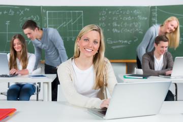 junge studentin am laptop