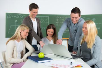 studenten arbeiten mit dem laptop