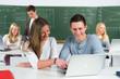 studenten helfen sich gegenseitig
