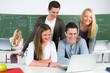 schülergruppe schaut aufs laptop