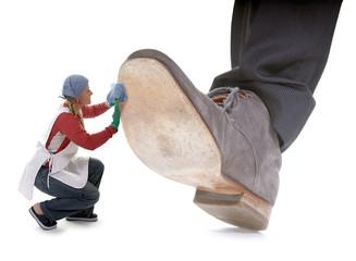 Mini Frau putzt riesigen Schuh