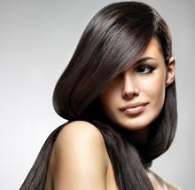 Belle femme avec des longs cheveux raides