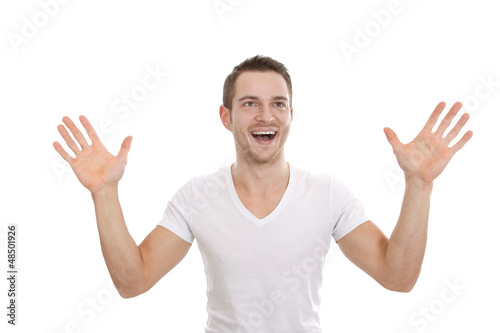 Begeisterter Mann in Weiß isoliert