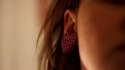 Ragazza indossa orecchino