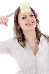 Junge Frau mit Haftzettel auf Stirn