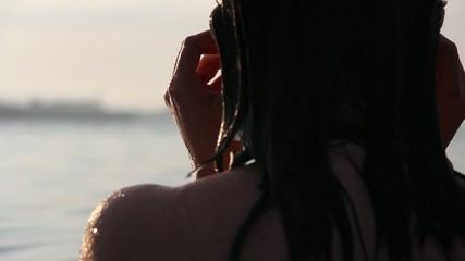 ragazza in acqua con occhiali da sole