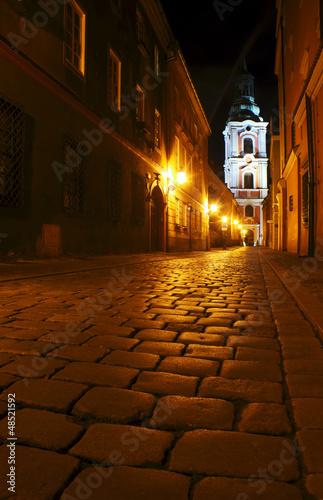 Kościelna wieża na ulicy Klasztornej nocą w Poznaniu © GKor