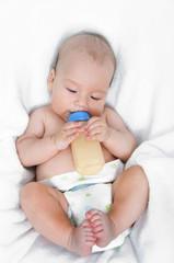 Säugling mit Milchfläschchen