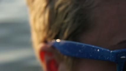 ragazza con occhiali da sole in acqua