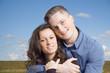 Glückliches Paar vor einer Wiese