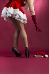 junge sexy Frau im Weihnachtskostüm