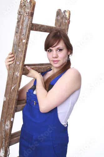 Junge Frau mit Malerleiter.