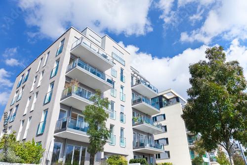 Leinwanddruck Bild Wohnung - Haus mit Garten