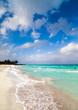 Karibischer Strand mit blauen Himmel und Wolken