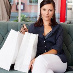 entspannte frau beim einkaufen