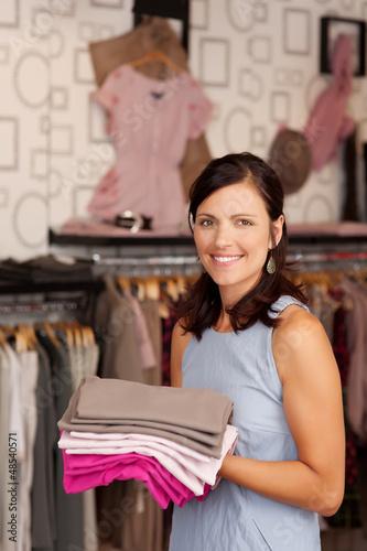 frau arbeitet in einer boutique