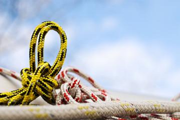 Knoten und Schlinge im Seil