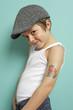 Kind posiert mit Tattoo und Kappe