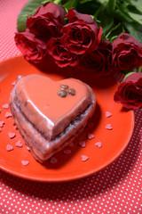 Schokokuchen mit Zuckerglasur und Rosenstrauß