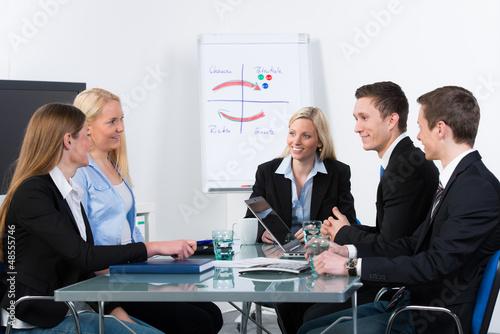 junges team in einer besprechung