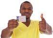 Junger Mann ist stolz auf die bestandene Fahrprüfung
