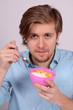 junger mann beim frühstück
