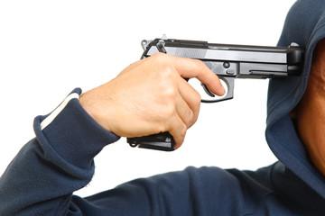 拳銃で自殺を図る男性