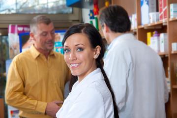Junge Apotheken Hilfe bei der Arbeit