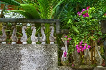 Tropischer Garten mit alter Steinmauer