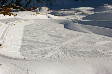 Dessin géométrique dans la neige.