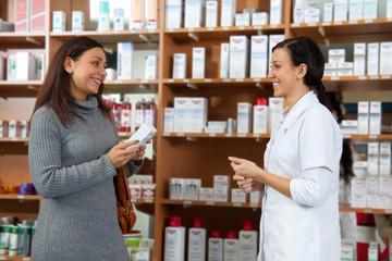 Kosmetikerin berät Kundin in Geschäft