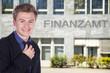 Junger freundlicher Finanzbeamter