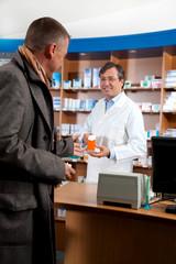 Kunde kauft Medikament gegen Grippe