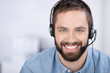 lächelnder mann mit headset - 48577311