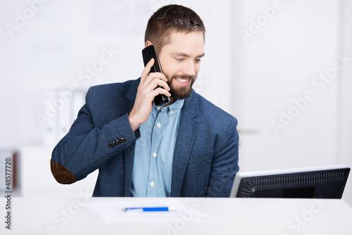 freundlicher servicemitarbeiter am telefon