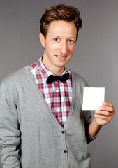 Mann mit weißem Zettel in der Hand