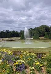 jardin à la française, fleurs et jet d'eau