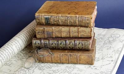 livres de 18 ème siècle,bésicle et carte ancienne
