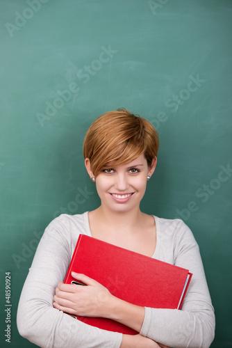 studentin mit rotem aktenordner