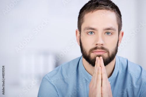 konzentrierter junger mann im büro