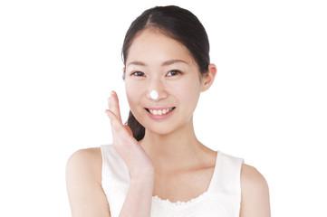 洗顔料で顔を洗う女性