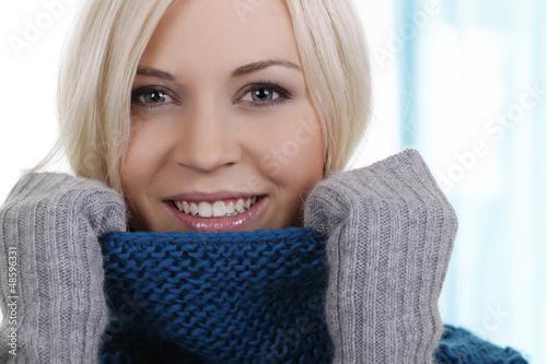 canvas print picture Hübsche Frau mit Wollpullover und Handschuhen - Nahaufnahme