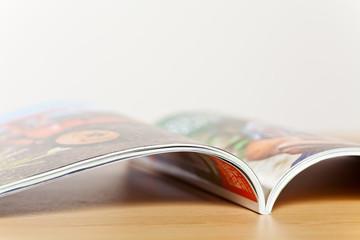 aufgeschlagene Zeitschrift liegt auf Tisch