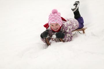 kleines Mädchen beim rodeln